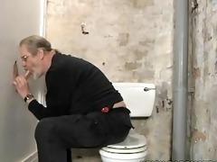 velho safado chupando uma caceta no glory-hole